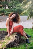 Rozochocona czarna afro kobieta outdoors Zdjęcia Royalty Free
