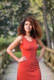 Rozochocona czarna afro kobieta outdoors Zdjęcie Stock