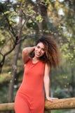Rozochocona czarna afro kobieta outdoors Fotografia Royalty Free