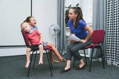 Rozochocona domowa dziecka ` s szkolenia matka obrazy stock