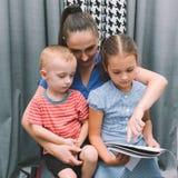 Rozochocona domowa edukacj dzieci ` s szkolenia matka zdjęcia royalty free