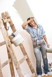 rozochocona domowego ulepszenia farby rolownika kobieta Obraz Stock