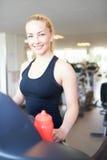 Rozochocona Dysponowana kobieta na Kieratowy ono Uśmiecha się przy kamerą zdjęcie stock