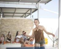 Rozochocona dziewczyna bawić się ping-ponga na zabawnym centrum tle Przypadkowa dziewczyna bawić się ping-ponga Lato bawi się poj Zdjęcie Royalty Free