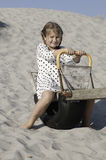 Rozochocona dziewczyna na drewnianej huśtawce Zdjęcie Royalty Free