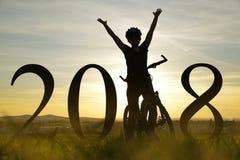Rozochocona dziewczyna na rowerze Pojęcie nowy rok 2018 Fotografia Royalty Free