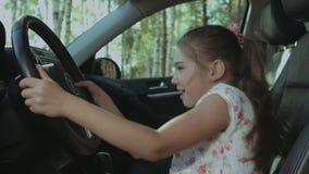 Rozochocona dziewczyna naciska samochodowego róg na kierownicie zdjęcie wideo