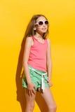 Rozochocona dziewczyna pozuje w świetle słonecznym obraz stock