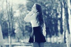 Rozochocona dziewczyna przy wiosna parkiem zdjęcia stock