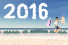 Rozochocona dziewczyna przy wybrzeżem z liczbami 2016 Obraz Royalty Free