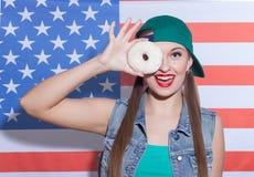 Rozochocona dziewczyna robi zabawie z słodkim ciastem Fotografia Royalty Free