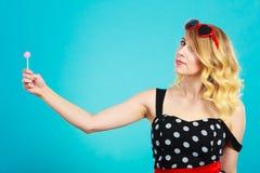 Rozochocona dziewczyna trzyma małego lizaka cukierek w ręce Obrazy Stock