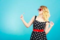 Rozochocona dziewczyna trzyma małego lizaka cukierek w ręce Fotografia Royalty Free