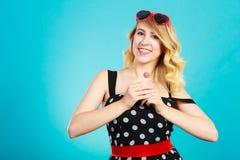 Rozochocona dziewczyna trzyma małego lizaka cukierek w ręce Obraz Stock