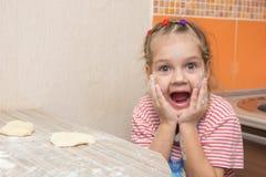 Rozochocona dziewczyna ubłocona w agoni z jego usta otwarty patrzeć w ramę Zdjęcia Stock