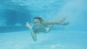 Rozochocona dziewczyna w białym bikini nurkuje podwodnego i pływa jak delfin zbiory wideo