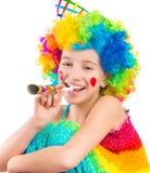 Rozochocona dziewczyna w kędzierzawej błazen peruce i partyjnej róg dmuchawie Obraz Royalty Free