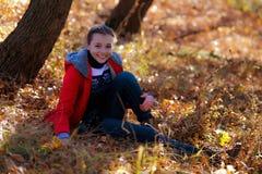 Rozochocona dziewczyna w parku w jesieni zdjęcia royalty free