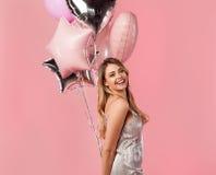 Rozochocona dziewczyna z wiązką balony obraz stock
