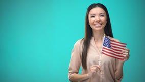 Rozochocona dziewczyny mienia usa flaga, gotowa uczyć się języka obcego, angielszczyzny szkoła zdjęcie wideo