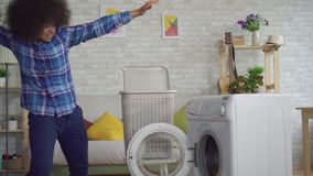 Rozochocona ekspresyjna amerykanin afrykańskiego pochodzenia młodej kobiety gospodyni domowa z Afro fryzury ładunkami odziewa w p zbiory wideo