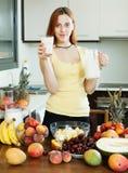 Rozochocona gospodyni domowa pije dojnego koktajl z owoc Obraz Stock