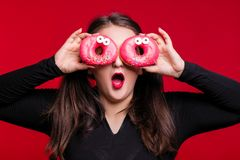 Rozochocona gruba brunetka zabawę pozuje z wyśmienicie donuts plus Fotografia Stock
