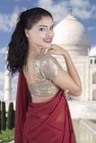 Rozochocona Indiańska kobieta z Taj Mahal tłem Zdjęcie Stock