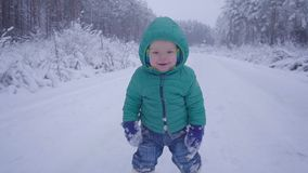 Rozochocona jeden rok chłopiec w zimy lasowej drodze tworzący z gimbal zbiory wideo