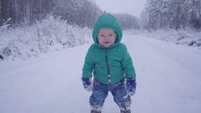 Rozochocona jeden rok chłopiec w zimy lasowej drodze tworzący z gimbal zdjęcie wideo