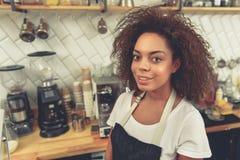 Rozochocona kobieta blisko urządzeń i glassware w kawiarni Fotografia Stock