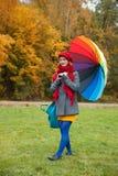 Rozochocona kobieta cieszy się jesień dzień w parku zdjęcia stock