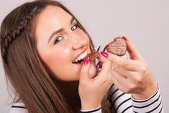 Rozochocona kobieta cieszy się ciastka Fotografia Royalty Free
