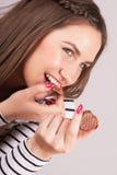 Rozochocona kobieta cieszy się ciastka Zdjęcie Stock