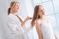 Rozochocona kobieta czesze czystego włosy Obrazy Royalty Free