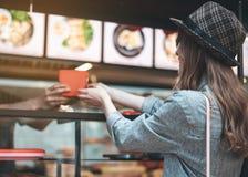 Rozochocona kobieta jest odbiorczym rozkazem w kawiarni obrazy stock