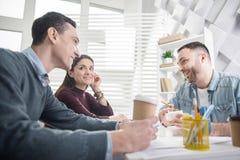 Rozochocona kobieta ma kawę z jej kolegami Obraz Stock
