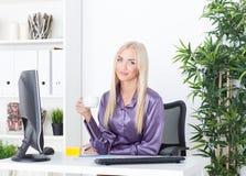 Rozochocona kobieta ma kawową przerwę w biurze Obraz Stock