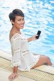 Rozochocona kobieta na wakacje zdjęcia royalty free