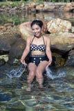 Rozochocona kobieta obsikuje wodę Fotografia Royalty Free