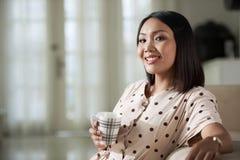 Rozochocona kobieta pije herbaty obraz stock