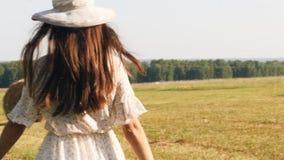 Rozochocona kobieta w biel sukni biega w łące zbiory wideo