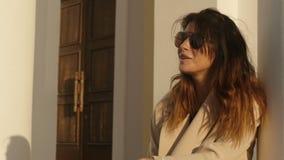 Rozochocona kobieta w okularach przeciwsłonecznych zbiory wideo