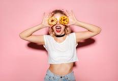 Rozochocona kobieta z donuts Zdjęcia Royalty Free
