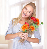 Rozochocona kobieta z kwiatami Zdjęcia Royalty Free