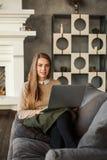 Rozochocona kobieta z laptopem, Internetowy zakupy Fotografia Stock