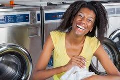 Rozochocona kobieta Z Odziewa W pralni obraz stock