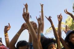 Rozochocona kobieta z rękami podnosił cieszyć się przy festiwalem muzyki Fotografia Stock