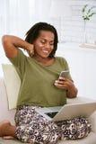 Rozochocona kobieta z smartphone Zdjęcia Stock