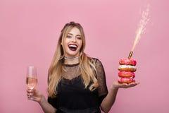 Rozochocona kobieta z wineglass i sparkler Fotografia Stock